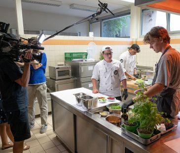 Das Team kocht und wird gefilmt